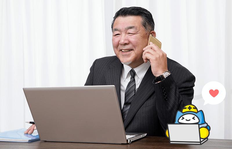 パソコンを操作する年配男性